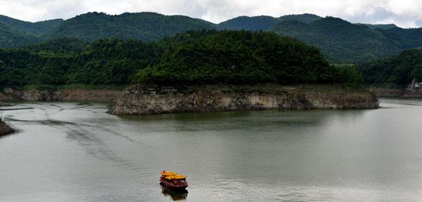 【组图】贵州余庆飞龙湖 船过湖面划出美丽曲线
